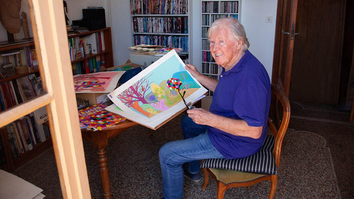 David McKee holding a picture of Elmer